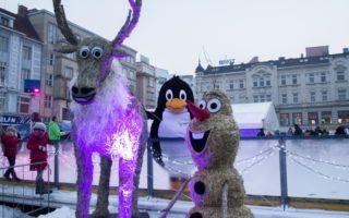 Ani letos nechybí u Vánočního kluziště!!! slaměné postavičky - letos Olaf a Sven.