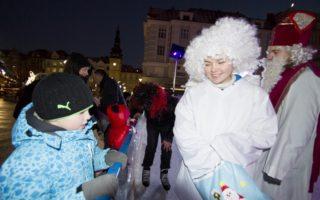 V pondělí 5. prosince se rozdávaly na Vánočním kluzišti!!! dárky.